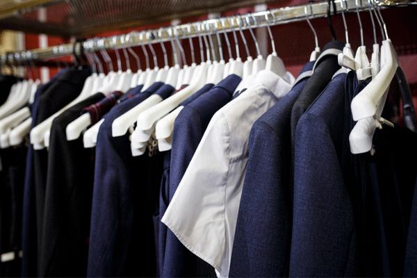 クローゼットに掛かる制服