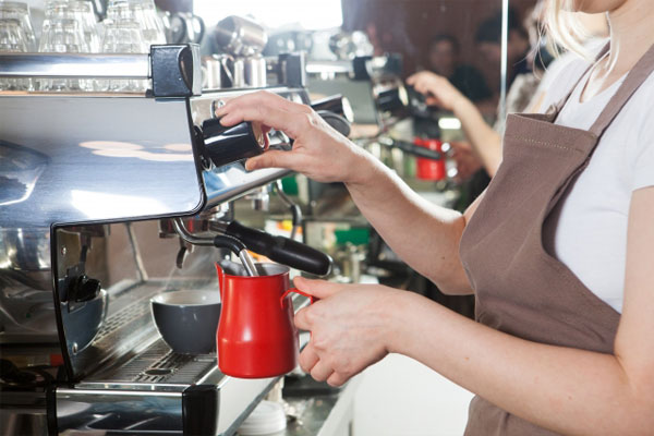 カフェでバイトする学生