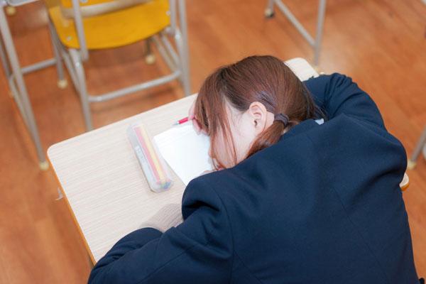 英語の勉強の仕方が分からず落ち込む学生
